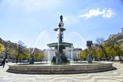 Barock stilspringbrunn i den Rossio fyrkanten Lissabon arkivbilder