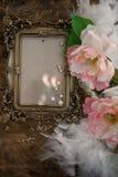 Barocka fotoframewithrosor och pärlor Royaltyfria Foton