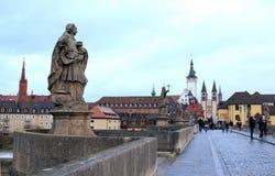 Barocka statyer på en bro i Tyskland Arkivfoton