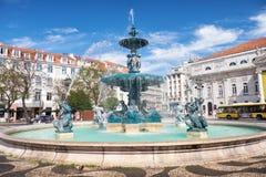 Barocka stilbronsspringbrunnar på den Rossio fyrkanten lisbon Portuga royaltyfria foton