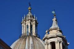 Barocka tornspiror och taklykta i Rome Fotografering för Bildbyråer