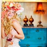Barocke Art und Weise blondes womand, das Rotwein trinkt Lizenzfreie Stockfotos