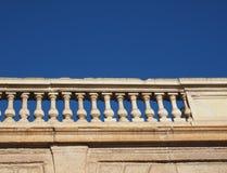 Barocke Balustrade über blauem Himmel Stockbild