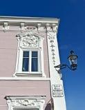 Barocke Hausfassade mit weißen Verzierungen Stockbilder