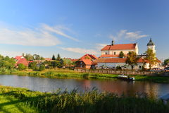 Barocke Kirche und Fluss Lizenzfreie Stockfotos