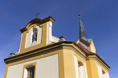 Barocke Kirche von St. Wenceslas in Vsenory auf dem blauen Himmel, Tschechische Republik lizenzfreies stockbild