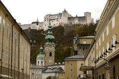Barocke Stadt von Salzburg mit altem Schloss Stockbild