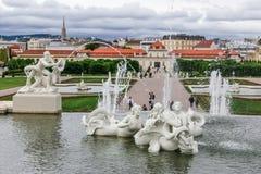 Barocker Brunnen im Belvederegarten in Wien, Österreich Stockfoto