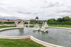 Barocker Brunnen im Belvederegarten in Wien, Österreich Stockbild