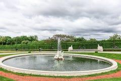 Barocker Brunnen im Belvederegarten in Wien, Österreich Lizenzfreies Stockfoto
