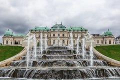 Barocker Brunnen und oberer Belvedere in Wien, Österreich Stockfoto