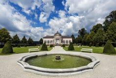 Barocker Gartenpavillon und -leute im Park von Melk-Abtei in Wachau-Tal, Niederösterreich Stockfotografie