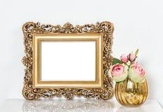 Barocker goldener Bilderrahmen und rosafarbene Blumen Weinleseart moc Lizenzfreies Stockfoto
