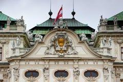 Barockes Fassadendetail mit Österreich-Flagge Belvedere-Palast Wien Stockfotos