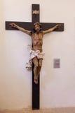 Barockes Kruzifix des 18. Jahrhunderts in der natürlichen Größe im Museum der Misericordia-Kirche Stockfotos
