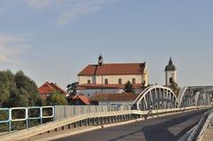 Barockkyrka och gammal bro Arkivfoto