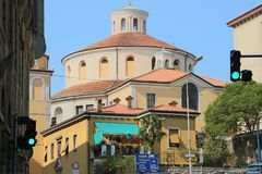 Barockrundakyrka i sommarsolsken i Rijeka stadsKroatien Arkivbilder