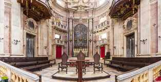 Barockt altare av basilikan av den Mafra slotten Arkivfoto