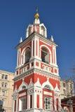 Barockt klockatorn 1818 av kyrkan av St George på den Pskov kullen 1657-1658, Moskva, Ryssland Royaltyfria Bilder