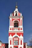 Barockt klockatorn (1818) och kyrka av St George på den Pskov kullen (1657-1658) Royaltyfria Bilder