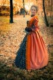 Barok meisje openlucht Stock Afbeeldingen