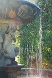 Barok meisjesstandbeeld met fonteinwater dat neer valt Stock Fotografie