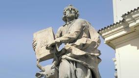 Barok zandsteenstandbeeld, Christelijke heilige heilige, steenbeeldhouwwerk stock videobeelden