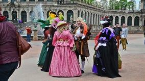 Barokke heer en ladys het lopen trog Dresden stock videobeelden