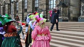 Barokke heer en ladys het lopen trog Dresden stock video