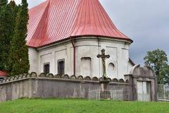 Barokke kerk achter muur stock afbeelding