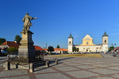 Barokke kerk en een monument stock foto