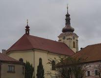 Barokke kerk in Kamenice-dorp in Tsjechische republiek royalty-vrije stock foto's