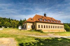 Barokke klooster-Skalka, Mnisek-Peul Brdy, Tsjechisch Rep royalty-vrije stock foto's