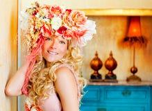 Barokowa mody blondynki kobieta z kwiatami kapeluszowymi Obrazy Royalty Free