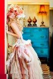 Barokowa mody blondynki kobieta z kwiatami kapeluszowymi Fotografia Royalty Free