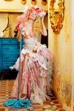 Barokowi mody blondynki gospodyni domowej kobiety kwacza obowiązki domowe Obrazy Stock