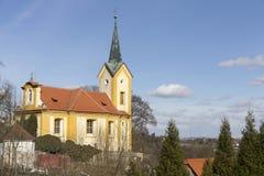 Barokowy kościół st Wenceslas w Vsenory na niebieskim niebie, republika czech fotografia royalty free
