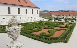 Baroku ogród z ornamentacyjnymi krzakami ciie kształty i antykwarskie rzeźby przy Bratislava roszują Obraz Royalty Free
