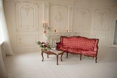 Baroku stylowy wnętrze z czerwoną luksusową kanapą i stołem Zdjęcie Royalty Free