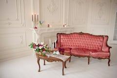 Baroku stylowy wnętrze z czerwoną luksusową kanapą i stołem Obrazy Stock