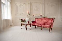 Baroku stylowy wnętrze z czerwoną luksusową kanapą i stołem Obraz Royalty Free