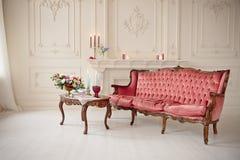 Baroku stylowy wnętrze z czerwoną luksusową kanapą i stołem Fotografia Stock