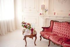 Baroku stylowy wnętrze z czerwoną luksusową kanapą i stołem Zdjęcie Stock