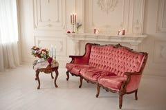 Baroku stylowy wnętrze z czerwoną luksusową kanapą i stołem Fotografia Royalty Free