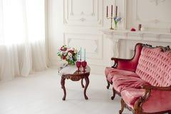 Baroku stylowy wnętrze z czerwoną luksusową kanapą i stołem Zdjęcia Royalty Free