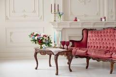 Baroku stylowy wnętrze z czerwoną luksusową kanapą i stołem Zdjęcia Stock