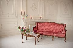Baroku stylowy wnętrze z czerwoną luksusową kanapą i stołem Obraz Stock