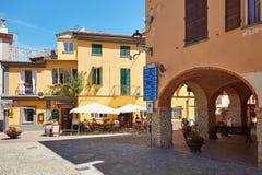 Barolo街道、曲拱和边路餐馆在一个晴朗的夏日在意大利 免版税图库摄影