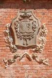 Barolo średniowieczny grodowy żakiet ręki na czerwonych cegieł ścianie w Włochy Obrazy Stock