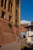 Barolo landskap av Cuneo, Piedmont, Italien Juli 2018 Gränderna av den gamla staden fotografering för bildbyråer